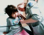 pediatra badający dziecko